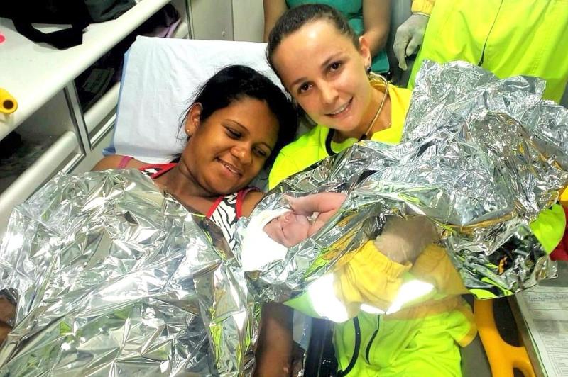 Equipe de resgate da Entrevias faz parto de mulher na SP-333, em Marília
