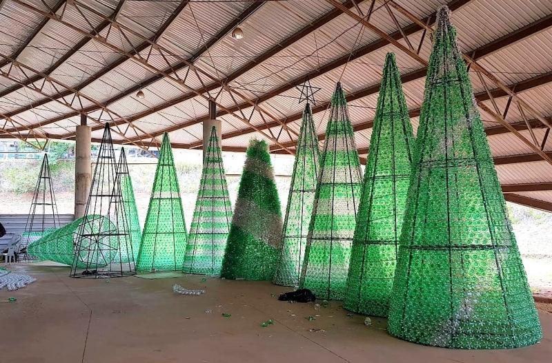 Comércio terá 15 árvores de garrafas plásticas como atração