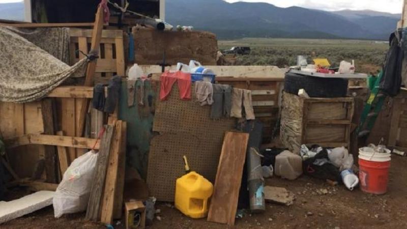 Polícia encontra 11 crianças famintas em barraco em deserto nos EUA