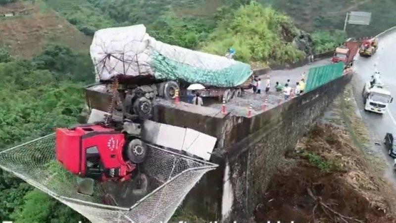 Cabine de carreta fica pendurada em rampa, ocupantes escapam caindo em rede