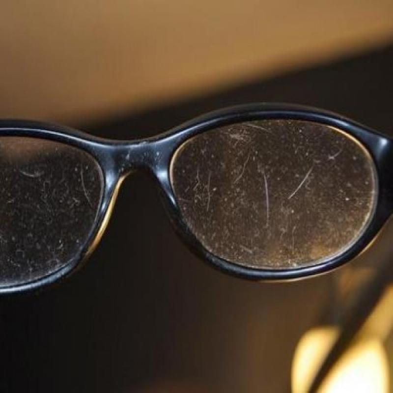 Quem tem óculos, seja de grau ou de sol, sabe o quanto é difícil  preservá-los intactos. Com o uso contínuo, a peça se torna vulnerável às  quedas e pode ... b233deef0b