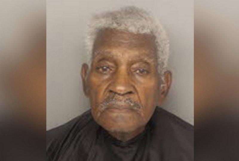 Idoso de 86 anos assalta banco, mas acaba preso por fugir de carro bem devagar