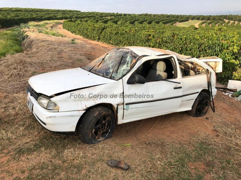 Carro capota em alça de acesso e deixa motorista gravemente ferido