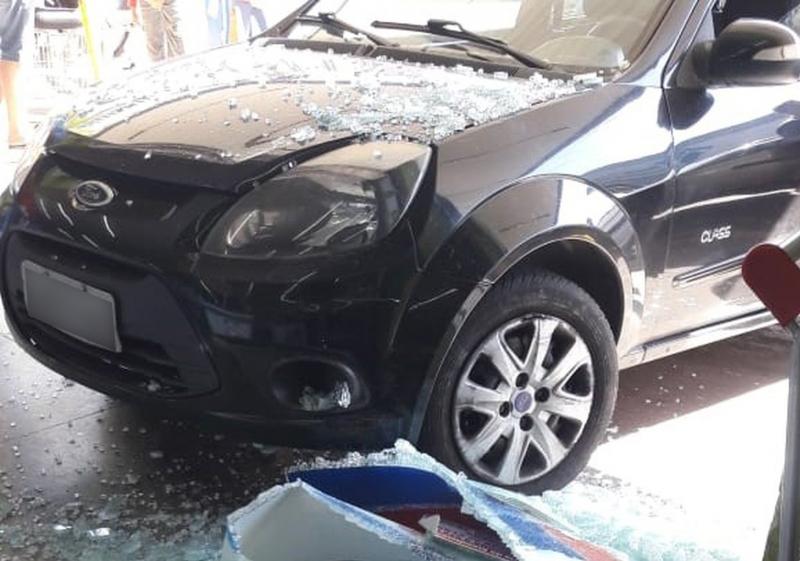 Idosa invade supermercado com o carro, após acelerar ao invés do frear