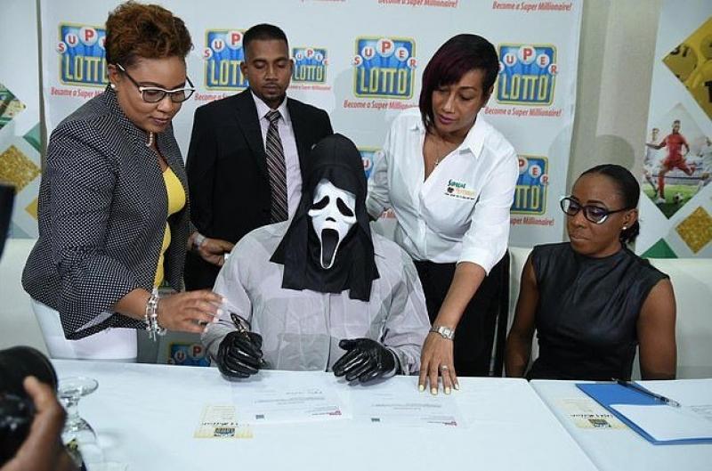 Homem ganha 1 milhão na loteria e usa máscara para família não pedir dinheiro