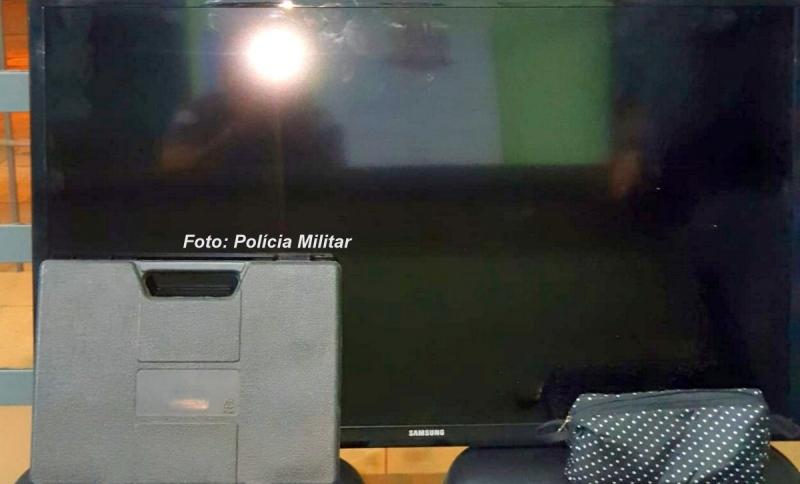 """Ninja! Criminoso é preso carregando TV de 40"""", ferramentas e fios nos braços"""