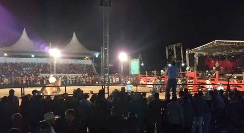 Festa do Peão de Boiadeiro de Vera Cruz termina hoje com a final do rodeio e show