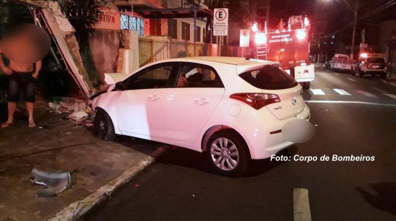 Motorista perde controle e carro destrói portão de casa próximo ao centro de Marília