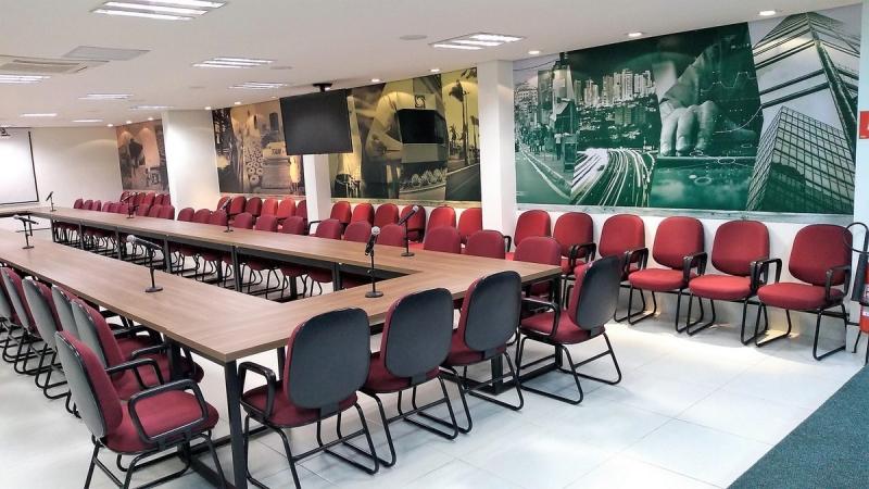 Acim reformula auditório  para multiuso como sala