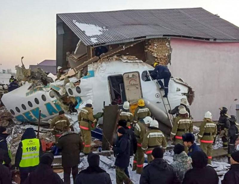 Avião cai no Cazaquistão e mata pelo menos 15 pessoas, são dezenas de feridos