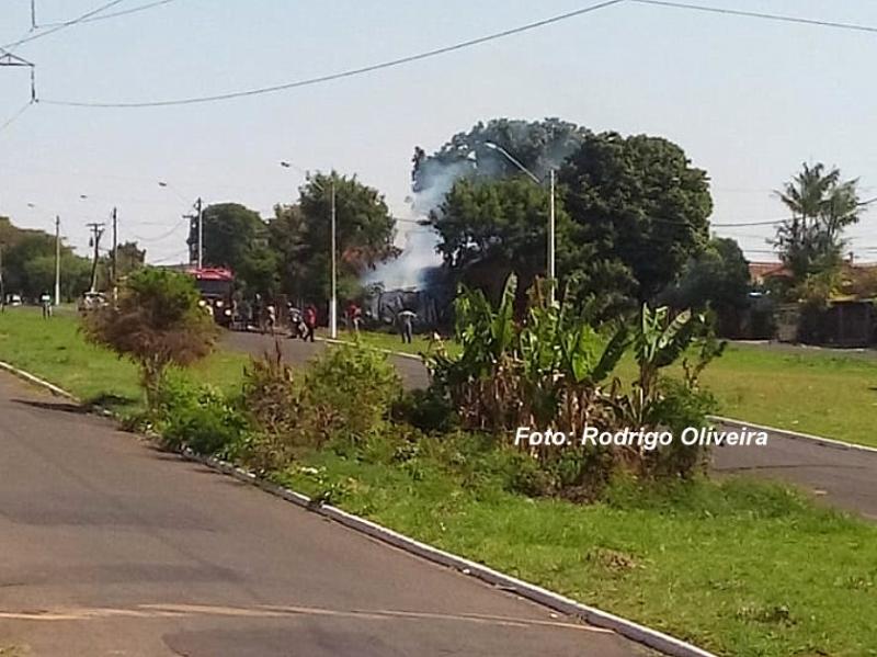 Casa pega fogo ao lado de base da PM na zona norte