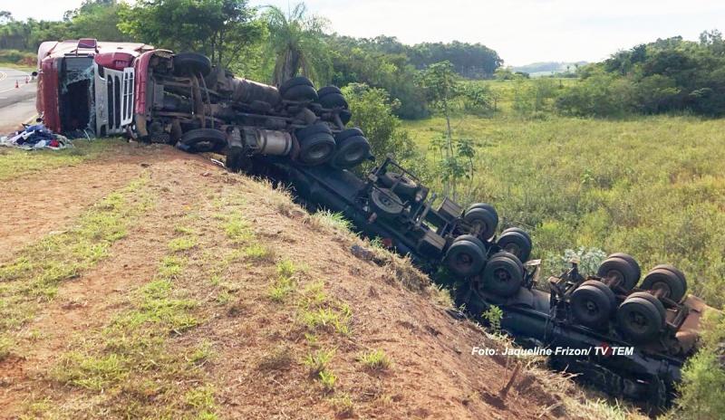 Carreta tanque tomba em rotovia e causa vazamento de combustível