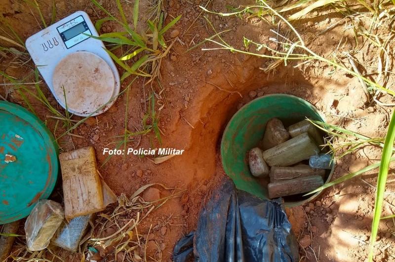 Polícia Militar descobre barris carregados com maconha, na região