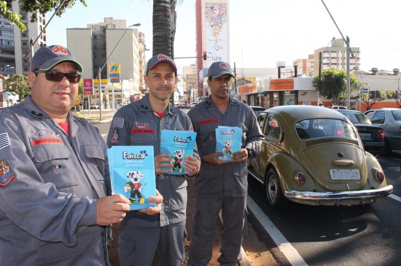 Bombeiros de Marília participam da Operação São Paulo Mais Seguro e distribuem cartilhas