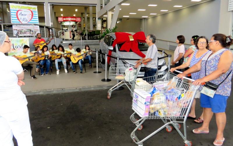 Panetone Solidário: Amor de Mãe faz cantata aos clientes do Tauste Supermercado