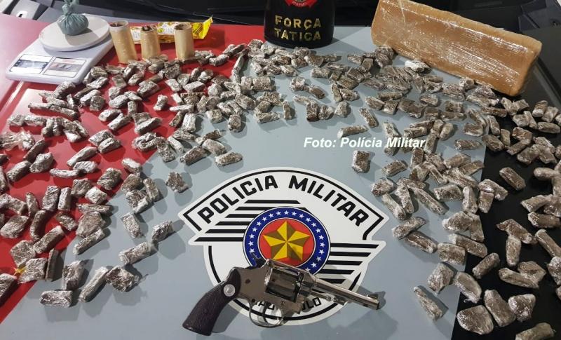 Homem armado é preso pela PM com drogas na zona norte