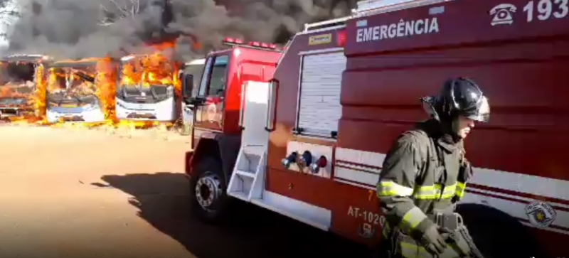 Incêndio em empresa de transporte destrói oito ônibus na região
