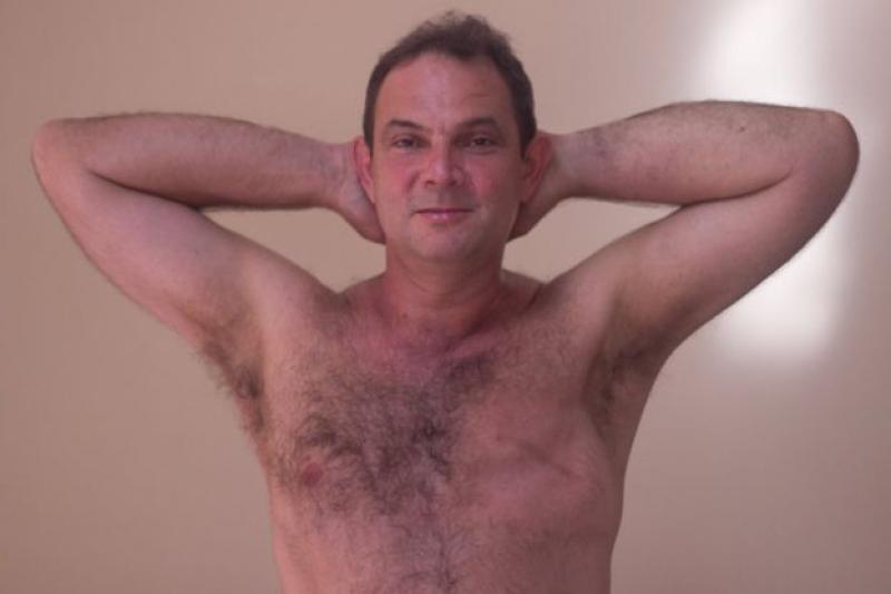 """""""Descobri a doença ao brincar com meu filho"""": o desconhecido universo dos homens com câncer de mama"""