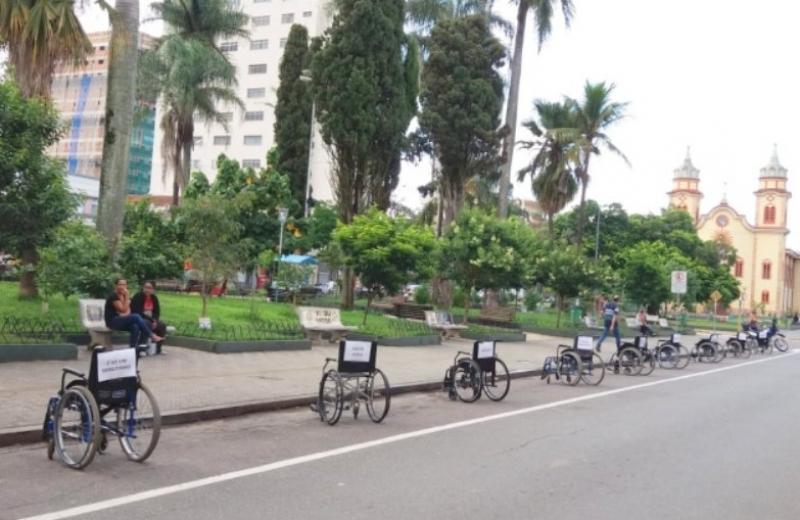 Cadeiras de rodas tomam vagas de carros em protesto por respeito ao deficiente físico