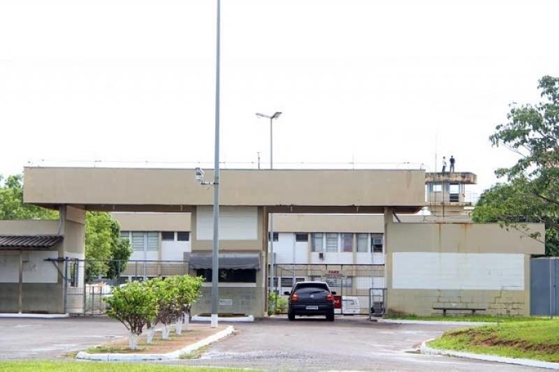 Presos fazem agentes e professor de reféns em Penitenciária