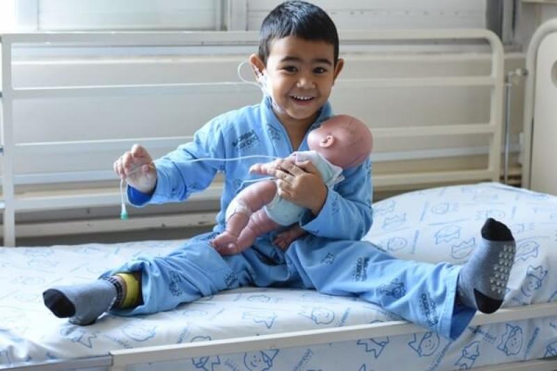 Menino de 4 anos já passou por 16 cirurgias e usa boneco como apoio na sua recuperação