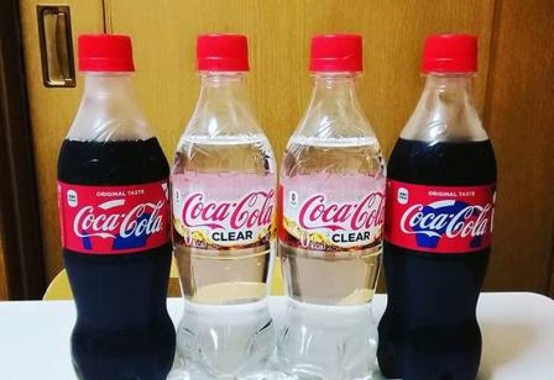 Coca-Cola transparente é lançada no Japão.