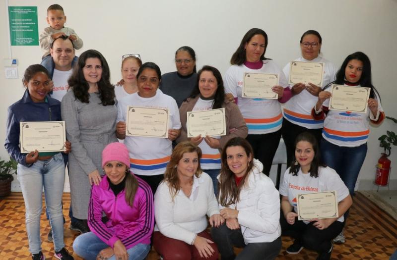 Fundo Social entrega certificados dos cursos: Padaria Artesanal e Escola de Beleza