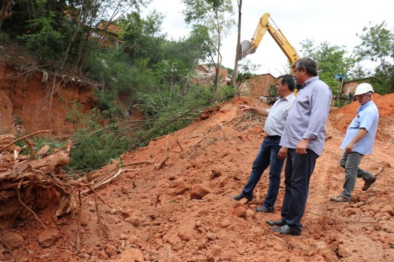 """Iniciada obra de galeria pluvial e contenção de """"cratera"""" da Vila Barros"""