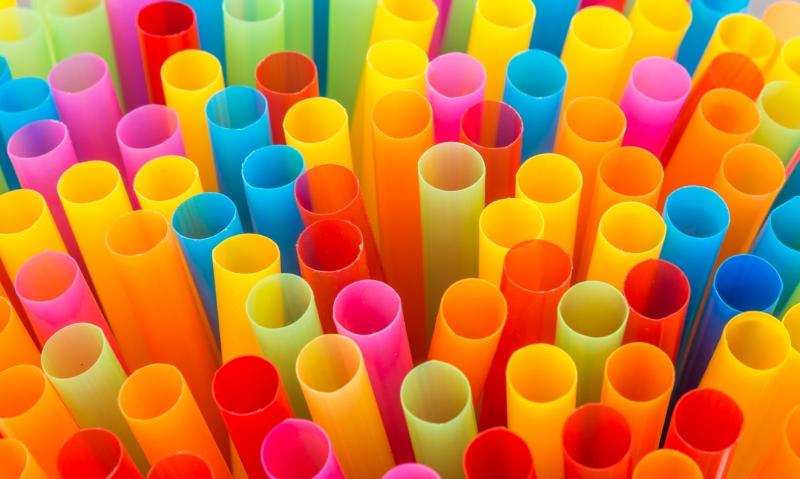 Canudo de plástico está proibido e multa pode chegar a R$ 5,3 mil