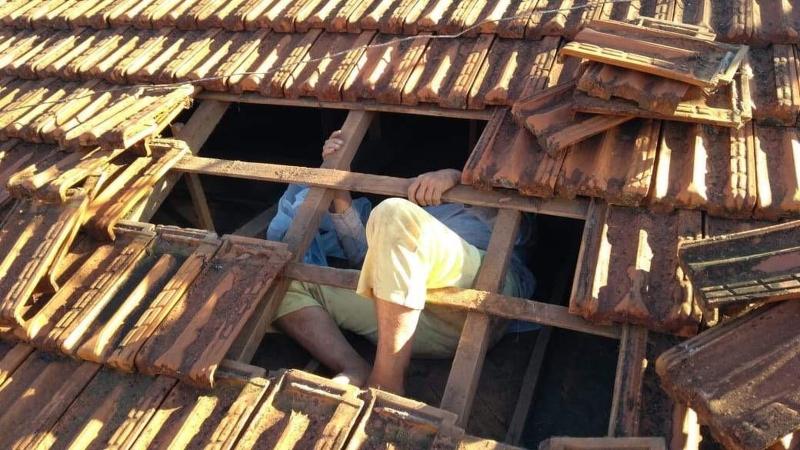 Mulher de 61 anos sobe no telhado e acaba ficando presa