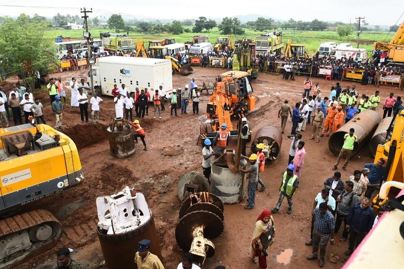 Morre menino indiano que ficou preso em poço por 4 dias