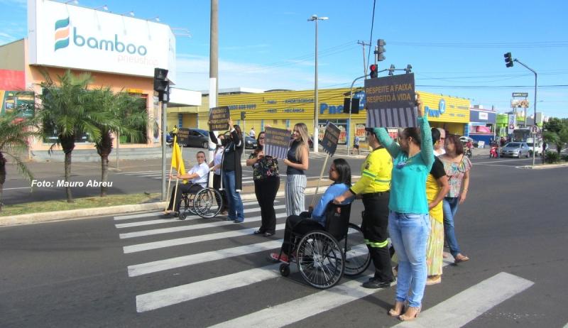 """""""Multa Moral"""" com cadeira de rodas e panfletagem movimentam Maio Amarelo em Marília"""
