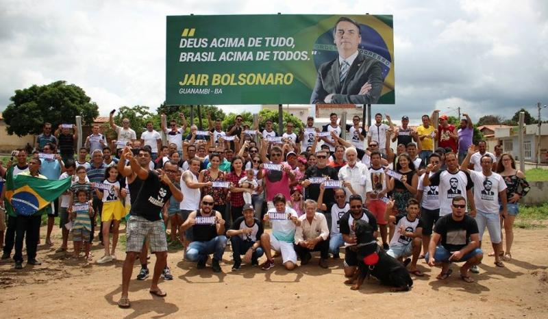Bolsonaro recebe flores e visita do pastor Silas Malafaia