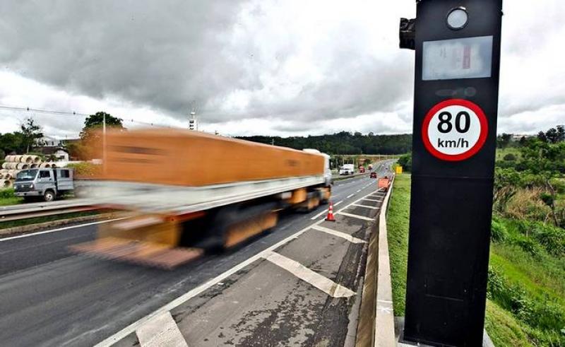 Acidente por excesso de velocidade isenta seguradora de cobrir danos