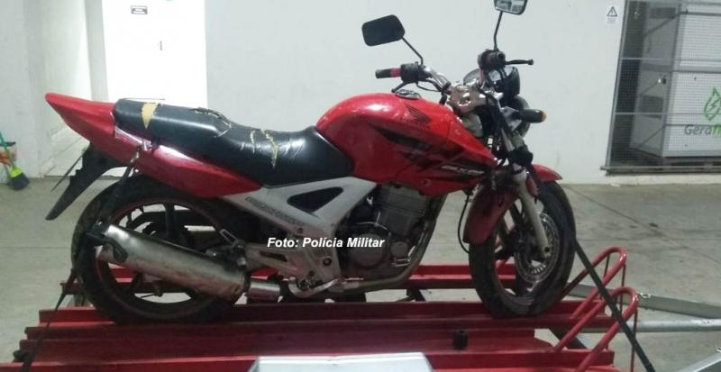 Polícia Militar recupera moto furtada. Suspeito foge, mas é identificado