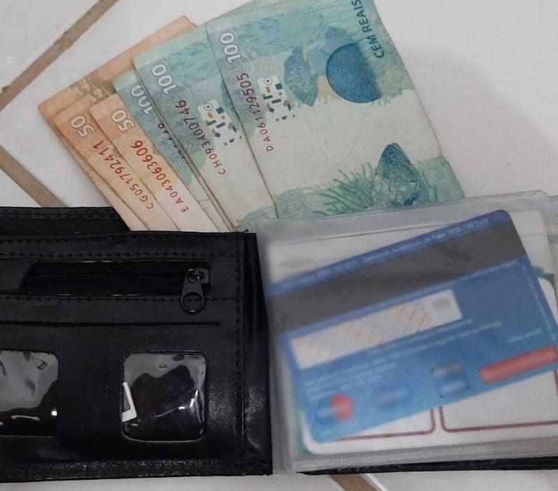Rapaz acha carteira com R$ 850 e localiza dono após mobilização