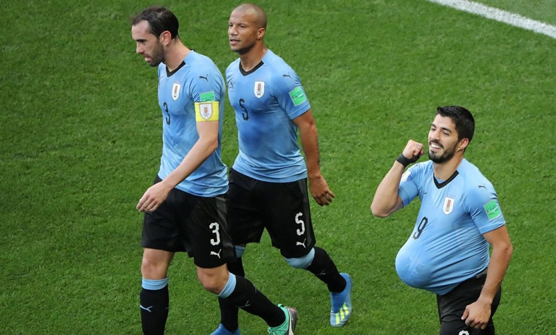 Suárez marca e garante classificação do Uruguai