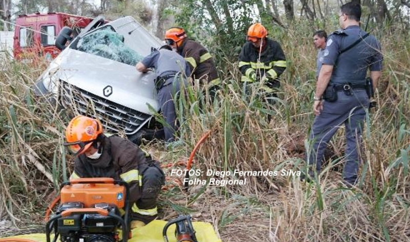 Região: motorista de van morre após bater em caminhão