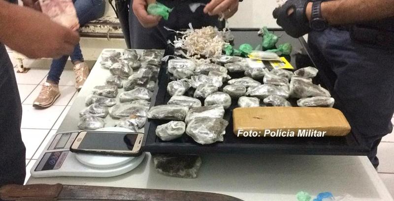 Rapaz é preso pela Polícia Militar embalando drogas em favela