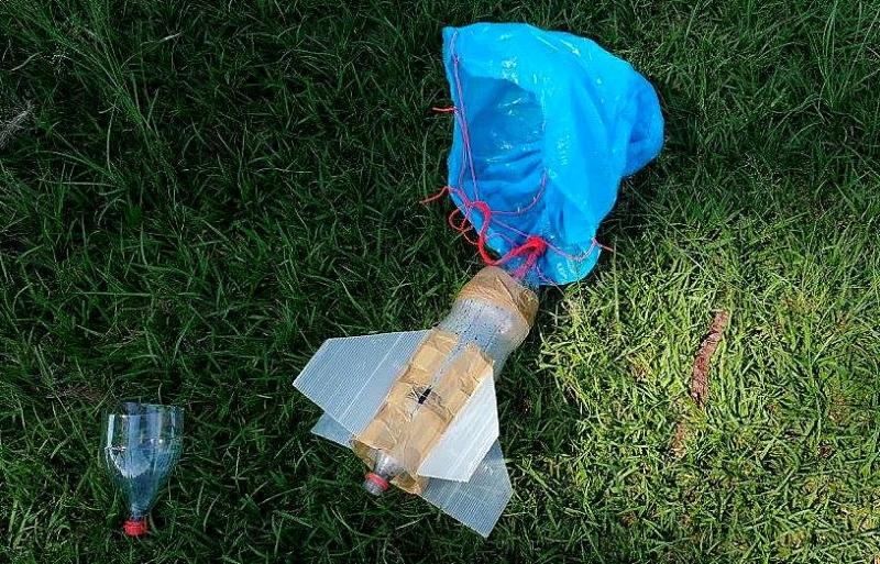 Professor de escola técnica usa lançamento de foguete para ensinar matemática