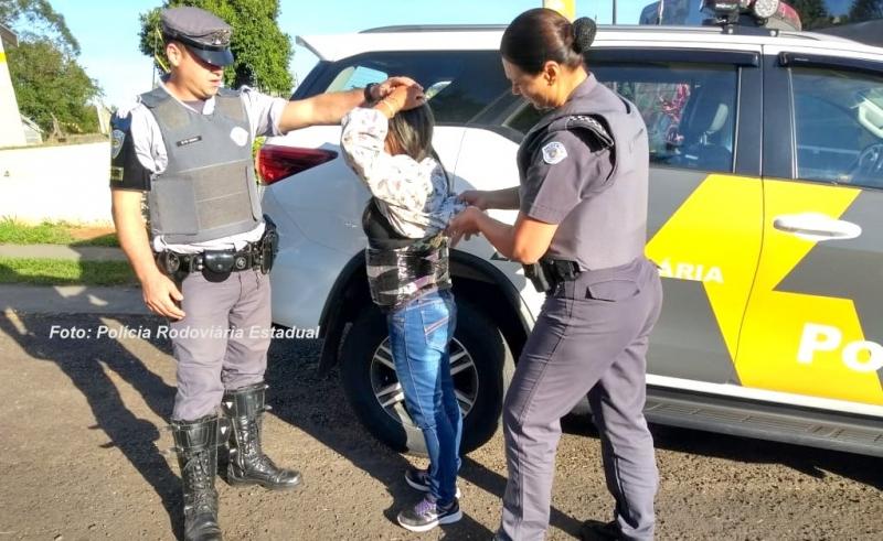 Mulher é presa pela Polícia Rodoviária com cinta cheia de droga