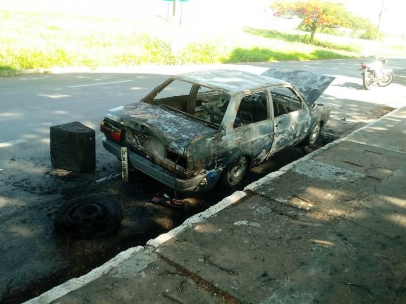 Amigos se mobilizam para ajudar rapaz que teve carro queimado
