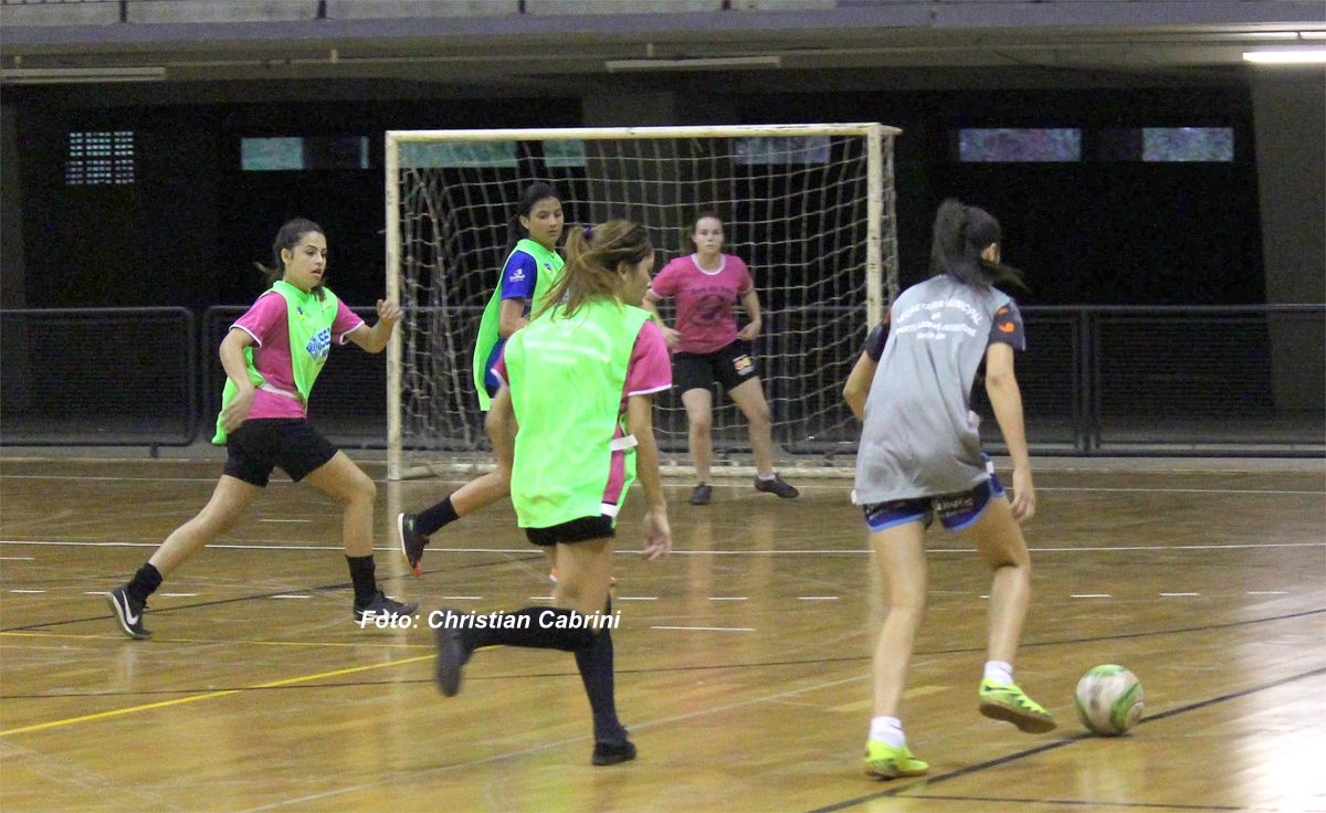 c98a558975 Peneirão reuniu 40 meninas que foram avaliadas pela comissão técnica.