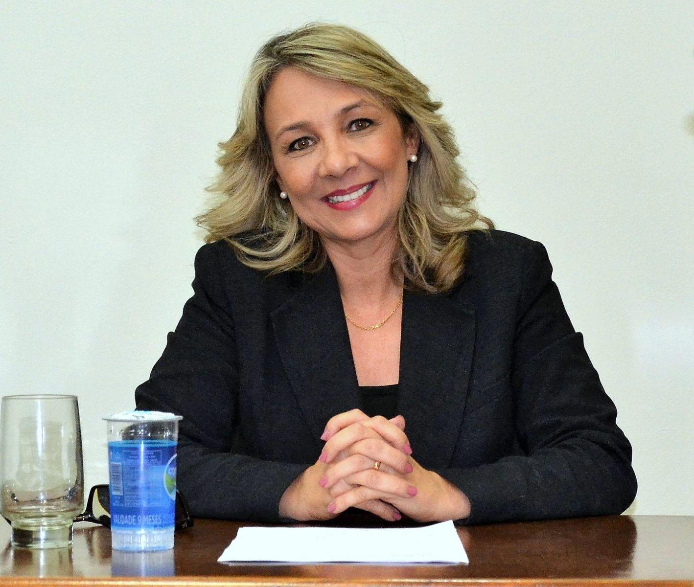 Prefeita Tina propõe reajuste de 4% para servidores e eleva ...